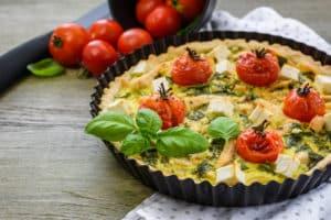 Leckeres Quiche mit Spinat und Hühnchen
