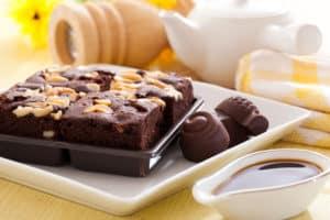 Brownies mit Schokosoße auf Teller