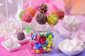 Bunte Cake Pops im Glas