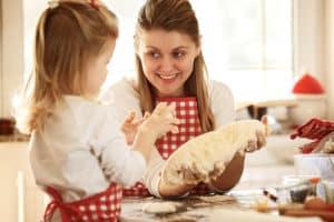 Mutter und Tochter backen Kuchen