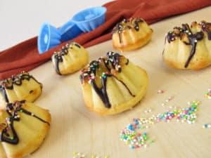 Kleine Gugelhupfformen mit Schokosoße