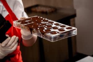 Pralinen aus Schokolade zubereiten