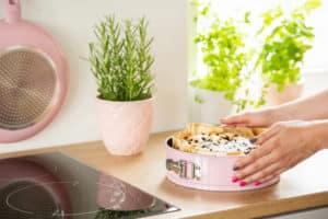 Fertiger Kuchen in rosa Springform