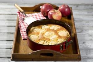 Apfelkuchen in Tortenform auf Tablet